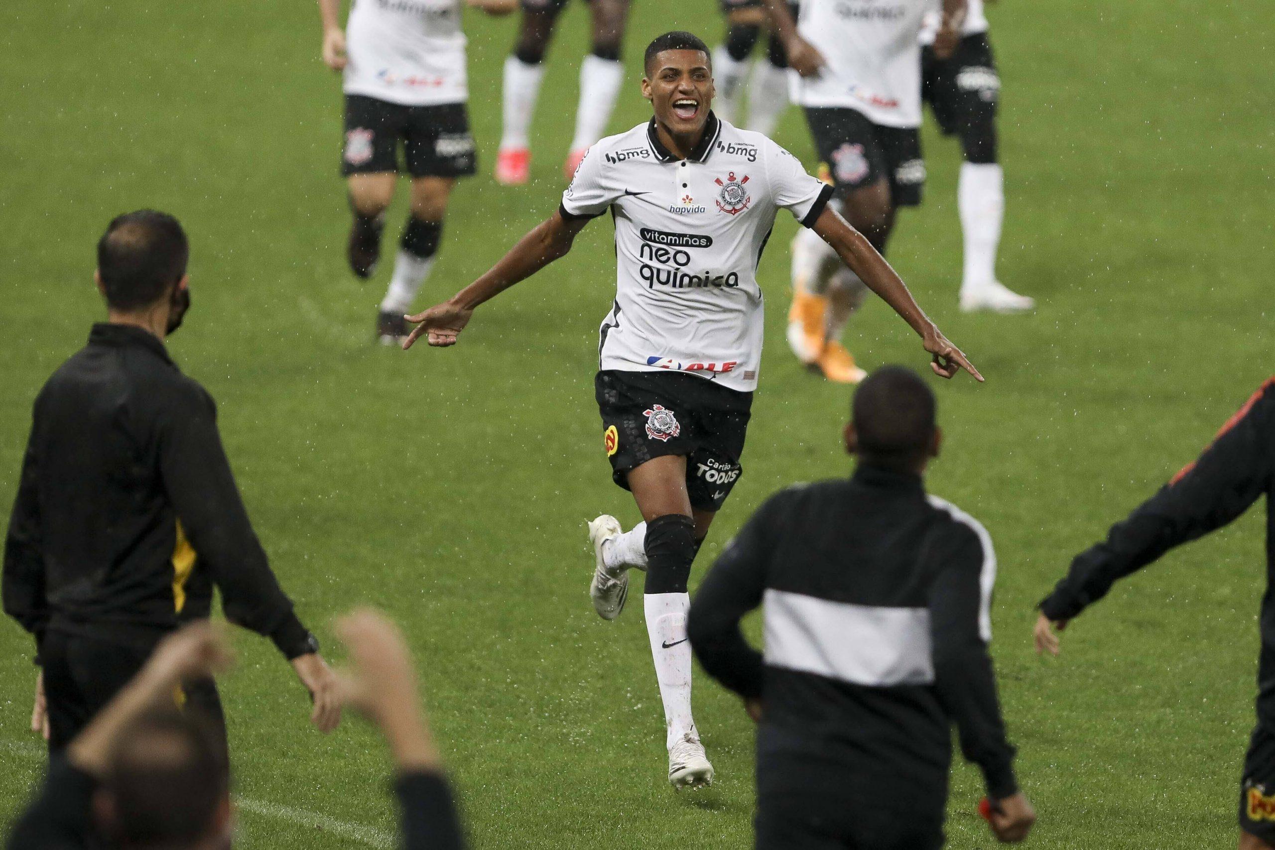 El medio brasileño confirma el interés del Tottenham Hotspur por el delantero del Corinthians