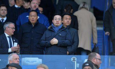 El propietario del Leicester, Aiyawatt Srivaddhanaprabha (centro), estará en Wembley para la final de la Copa FA
