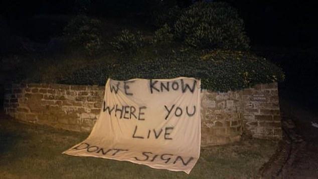 Una pancarta cerca de la casa de Rafael Benítez decía: 'Sabemos dónde vives.  No firmes '