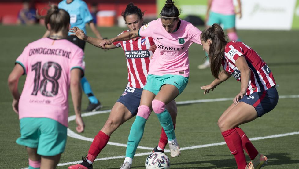 Meseguer trata de arrebatar el balón a Jennifer Hermoso hoy en el Wanda de Alcalá de Henares
