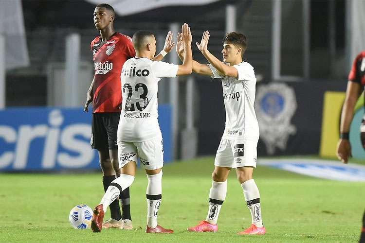 Con gol en propia puerta, Santos venció al Atlético y entra en el G6 del brasileño