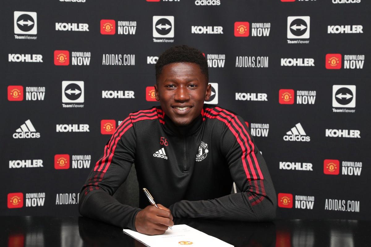 El joven de Man Utd, Di'Shon Bernard, de 20 años, firma un nuevo contrato en Old Trafford antes de completar la cesión del Hull City