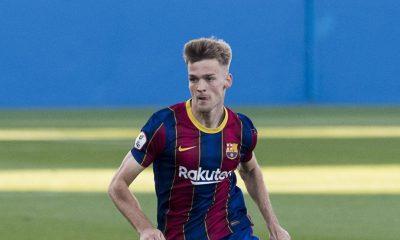 Ronald Koeman mira a la juventud mientras se prepara para su segunda pretemporada como entrenador del Barcelona