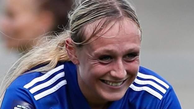 Libby Smith: las mujeres del Birmingham City firman al delantero del Leicester City