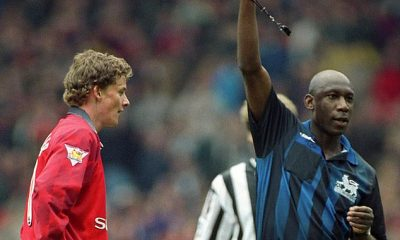 Ole Gunnar Solskjaer es expulsado por el árbitro Uriah Rennie después de atacar cínicamente a Rob Lee del Newcastle United en un encuentro de abril de 1998 en la Premier League.