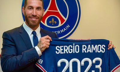 Sergio Ramos debe esperar para debutar con el PSG después de que el defensa se quedara fuera del equipo para el choque de Augsburgo