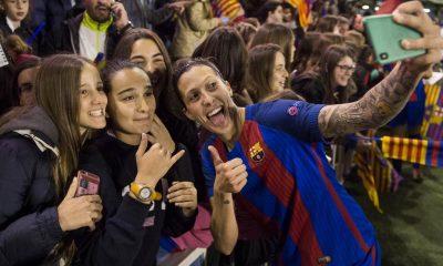 Un grupo de seguidoras del Barça se hace un selfie con Jenni Hermoso
