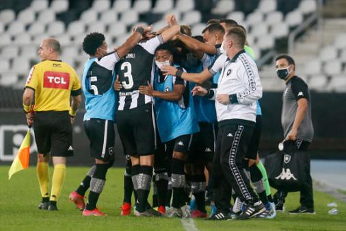 Análisis: Botafogo hace los deberes, supera controversias arbitrales y se mantiene vivo en la lucha por el acceso