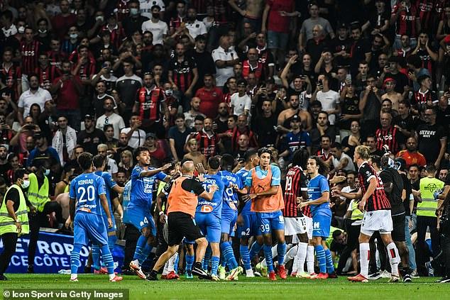 Un partido de liga francesa ha sido abandonado tras violentos enfrentamientos entre aficionados y jugadores