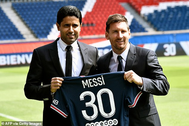 El presidente del Paris Saint-Germain, Nasser Al-Khelaifi, da la bienvenida a Lionel Messi al club después de que acordó un asombroso acuerdo de £ 1 millón a la semana