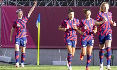 Megan Rapinoe (izquierda) anotó directamente desde una esquina para ayudar a Estados Unidos a vencer a Australia en su partido por la medalla de bronce en los Juegos Olímpicos de Tokio.