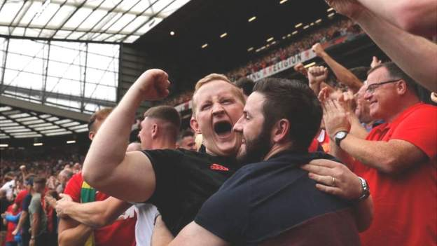 Las multitudes de capacidad regresan para el primer sábado de la Premier League de la temporada 2021-22