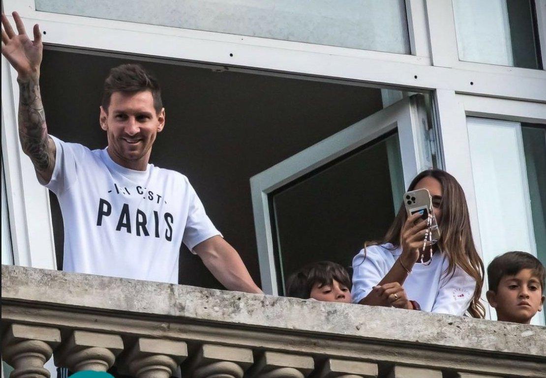 Lionel Messi visto con pantalones cortos de Argentina en su balcón en París