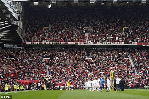 Hubo informes de enfrentamientos entre hinchas de ambos equipos durante el choque del Manchester United con el Leeds United el sábado.