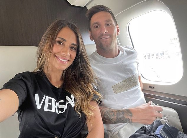 Lionel Messi sonrió para la cámara con su esposa Antonella a bordo del jet privado el martes