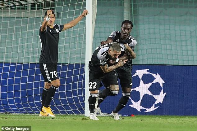Adama Traore y Dimitris Kolovos celebran cuando el Sheriff Tiraspol derrota al Dinamo Zagreb