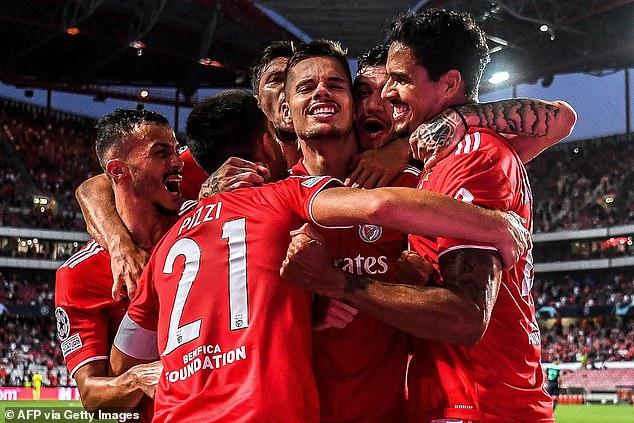 Rafa Silva y Julian Weigl (arriba) marcaron el gol del Benfica ante el PSV el miércoles