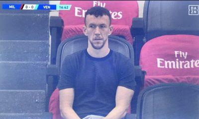 ¡La imagen del día! Un jugador del Inter viendo un partido del Milan