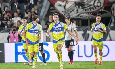La estrella de la Juventus, Federico Chiesa (centro), parece ser interesante para Liverpool, Chelsea y Bayern