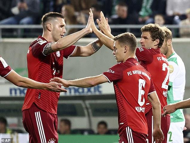 Thomas Muller (derecha) celebra cuando el Bayern supera a Furth para ampliar su ventaja en la Bundesliga