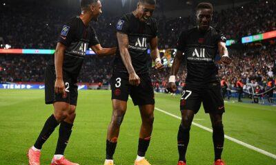 El centrocampista del PSG Idrissa Gueye (R) celebra tras marcar el primer gol en el minuto 14